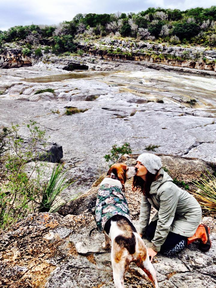 coonhound dog kiss pedernales falls state-park